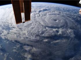 宇航员从太空拍摄吉纳维芙飓风(现在是热带风暴)的惊人景色